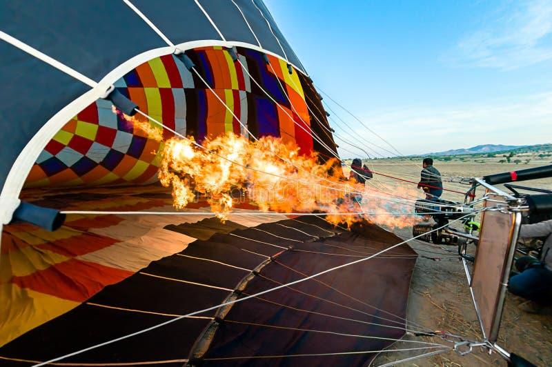 Hinche, vista de la llama que crea el aire caliente para inflar fotos de archivo