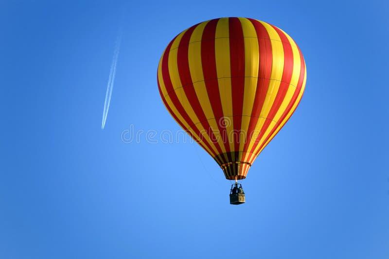 Hinche y un aeroplano en el cielo azul fotos de archivo libres de regalías