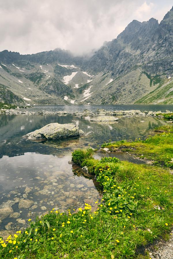 Hincovo-pleso Reiner See mit einer felsigen Unterseite auf dem Hintergrund der Berge des hohen Tatras stockfoto