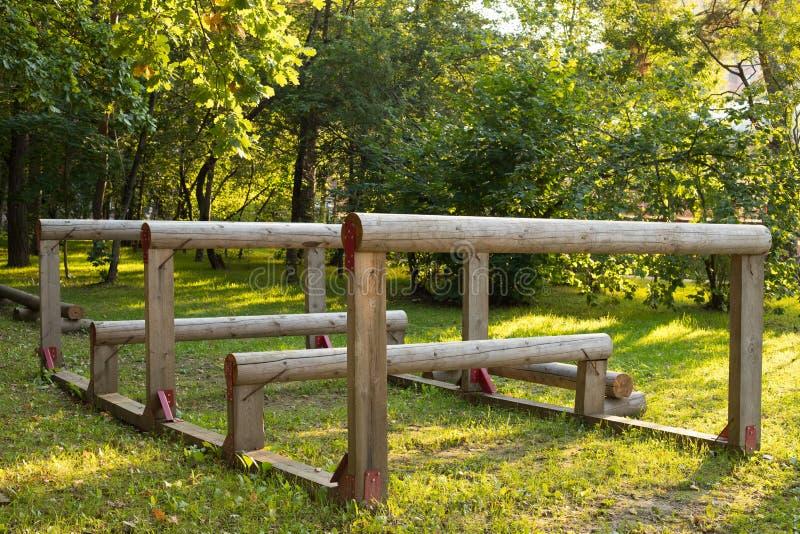 Hinderniscursus in de park in openlucht zomer stock foto
