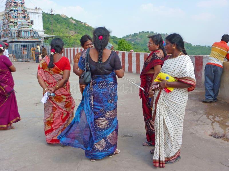 Hindische Frauen bereiten vor sich, den Tempel zu betreten lizenzfreies stockbild