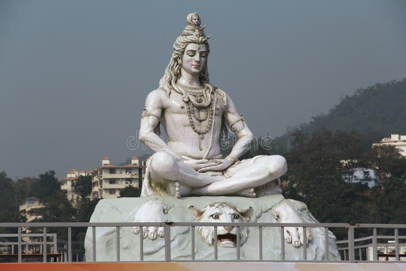 Hindische Gott Shiva-Skulptur, die in der Meditation sitzt stockbild