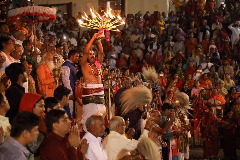 Hindische Pilger bei Maha Aarti in Pushkar, Indien stockbilder