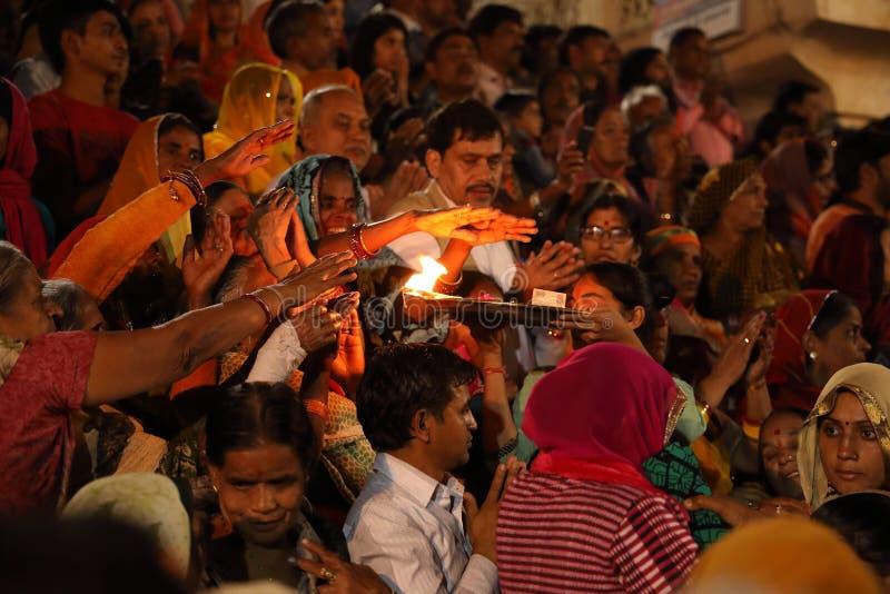 Hindische Pilger bei Maha Aarti in Pushkar, Indien stockfotografie