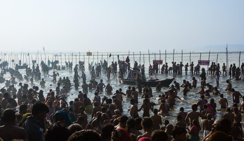 Hindische Pilger, die im heiligen Zusammenströmen bei Kumbha Mela, Indien baden lizenzfreie stockfotos
