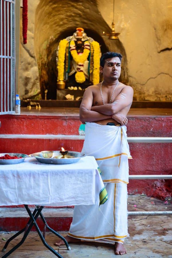 Hindische Priester in Batu höhlt Tempel aus lizenzfreie stockbilder