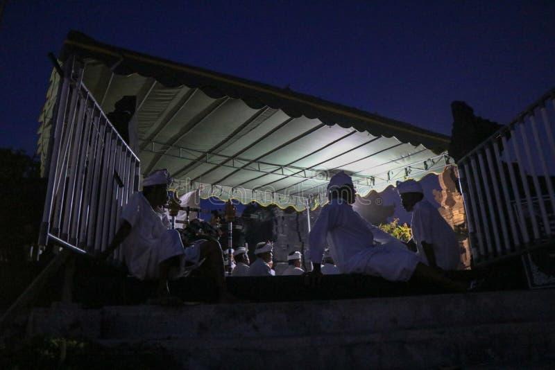 Hindische Priester des Balinese an einem Ritual am Tempel in Bali Indonesien lizenzfreie stockfotografie