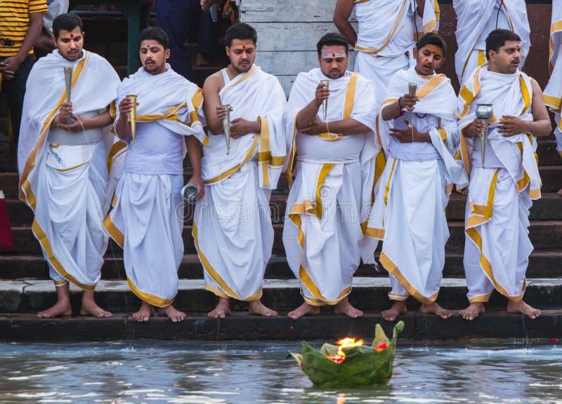 Hindische Priester, die ein Angebot dem Ganges machen stockbilder