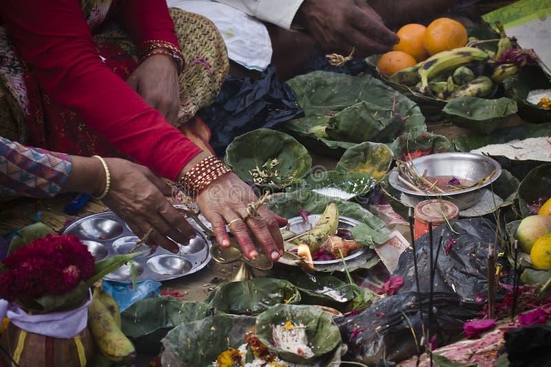 Hindische religiöse Feier mit †‹â€ ‹Angeboten und Weihrauch lizenzfreie stockbilder
