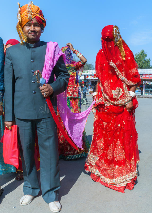 Hindischer Bräutigam und Braut in Deshnoke stockfotos