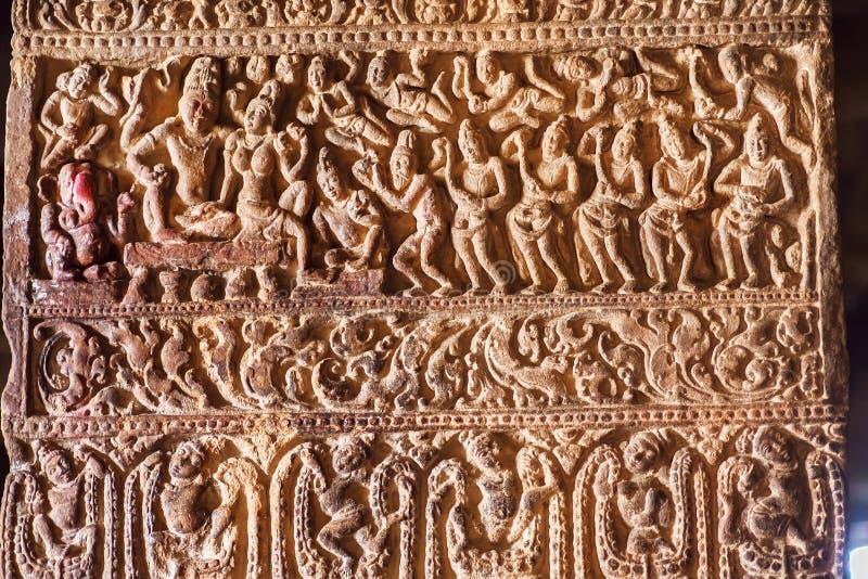 Hindischer Lord Shiva und seine Frau Parvati, Bedienstete auf einer Spalte mit Mustern Tempeln in den des 7. Jahrhunderts in Patt lizenzfreies stockbild