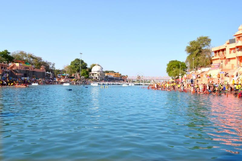 Hindischer Pilgerfahrtstandort, breite Ansicht kshipra Flusses an großem kumbh mela, Ujjain, Indien lizenzfreie stockfotos