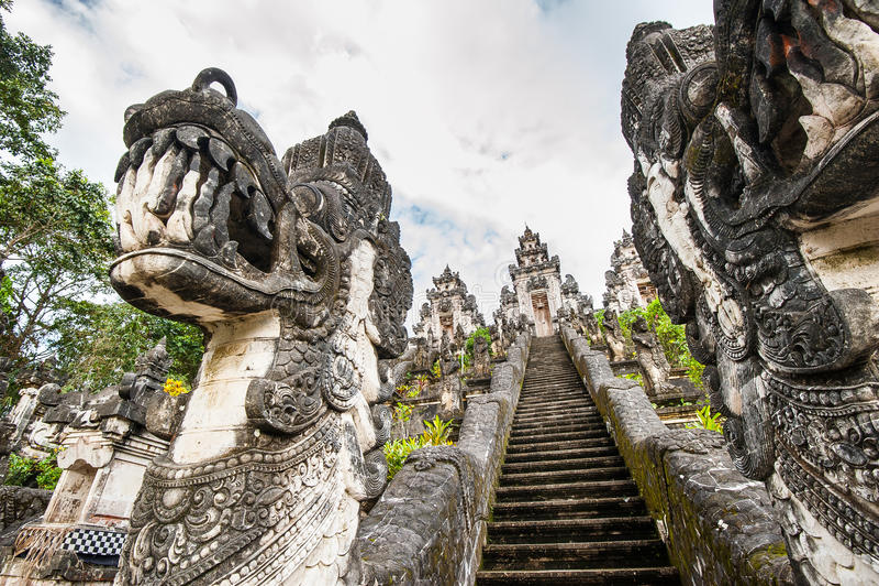 Hindischer Tempel auf Bali stockfotos