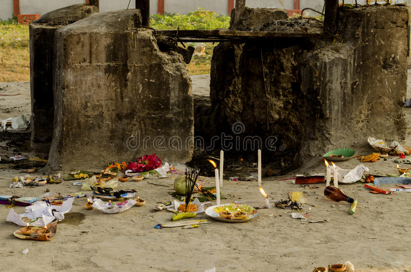 Hindischer Verbrennungsboden, in dem Leichen geholt werden, auf einem Scheiterhaufen gebrannt zu werden stockfotografie