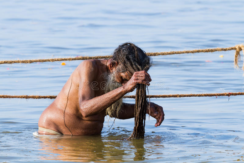 Hindisches sadhu, das beim Kumbha Mela, Indien badet stockfoto