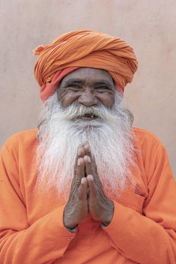 Hindisches sadhu heiliger Mann, sitzt auf dem ghat nahe dem Ganges in Rishikesh, Indien, Abschluss oben stockfotografie