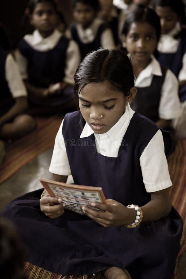 Hindoese meisjes die op school studing stock foto