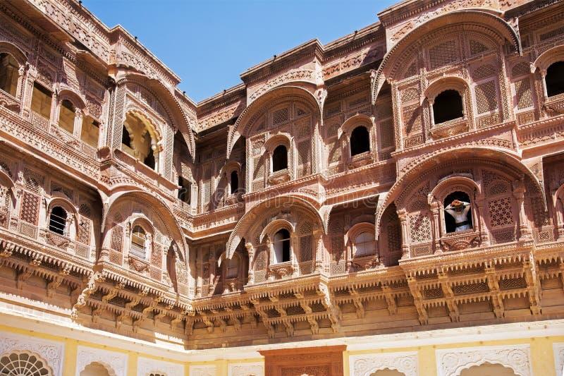 Hindoese mens die zich in venster van Mehrangarh-Fort, Rajasthan India bevinden royalty-vrije stock afbeeldingen