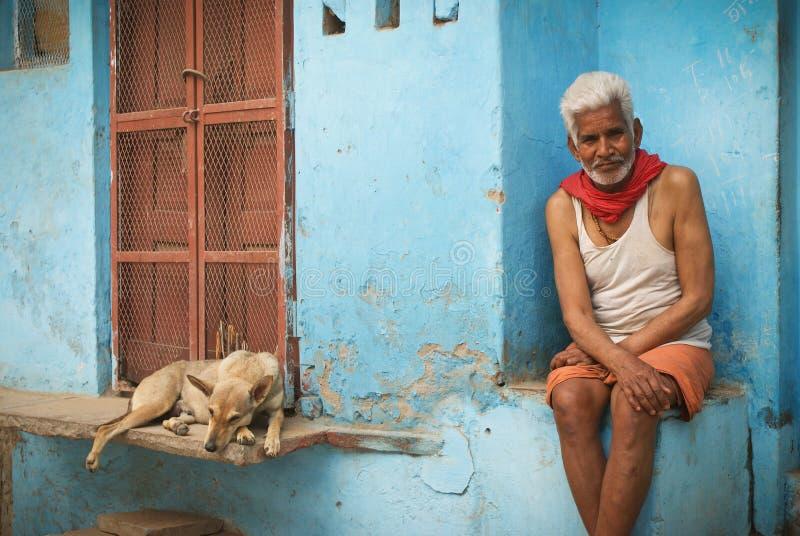 Hindoese mens en hond royalty-vrije stock afbeelding