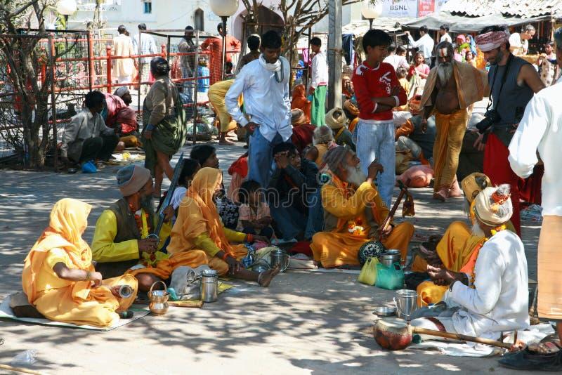 Hindoese musici die onder de boom stiting stock afbeelding