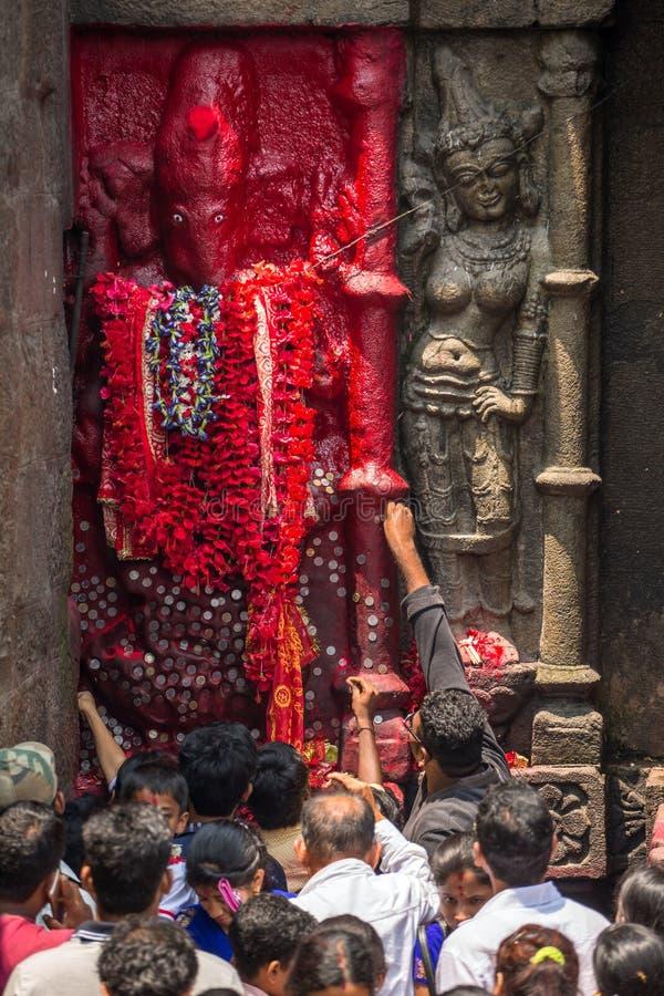 Hindoese pelgrims in de tempel van Kamakhya Mandir in Guwahati, Assam-staat, Noordoostelijk India stock foto's