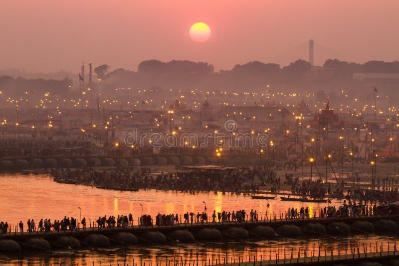 Hindoese pelgrims die pontonbruggen kruisen in het kampeerterrein van Kumbha Mela, India stock fotografie
