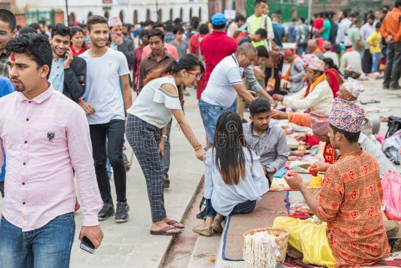 Hindoese Pople die Raksha Bandhan binnen ontvangen bij Pashupatinath-Tempel royalty-vrije stock afbeeldingen