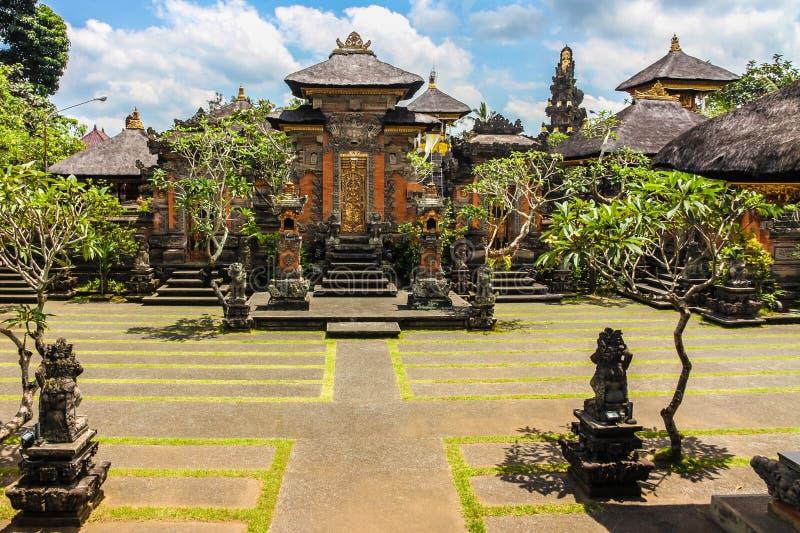 Hindoese tempel dichtbij Ubud, blauwe hemel - Bali, Indonesië royalty-vrije stock afbeelding