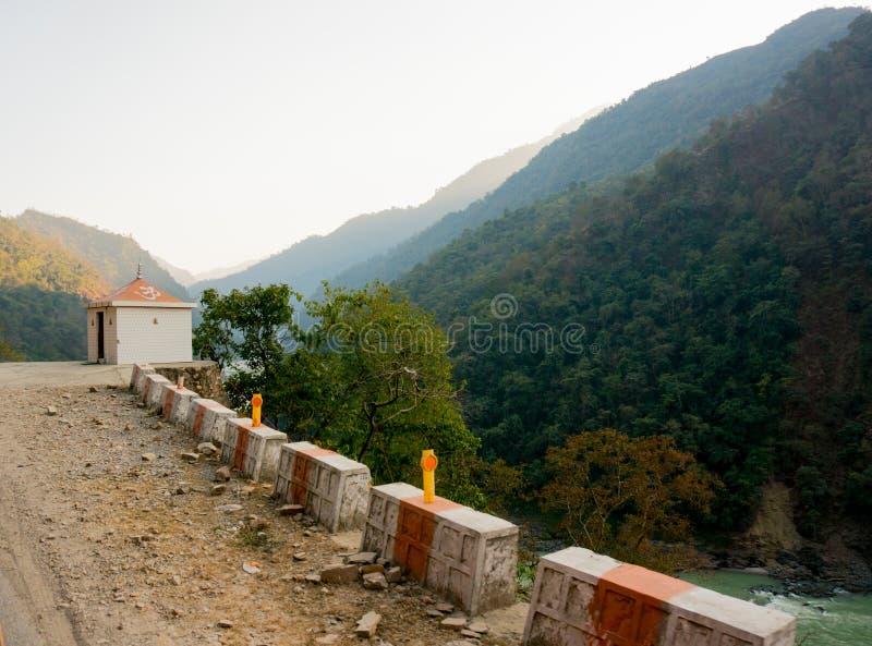 Hindoese tempel onder bergen in Haridwar stock fotografie