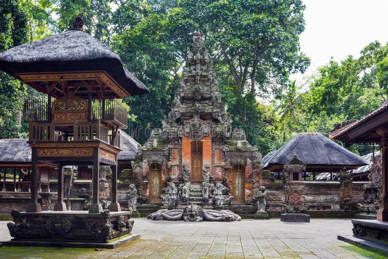 Hindoese tempel in Ubud-Aapbos, Bali, Indonesië stock afbeeldingen
