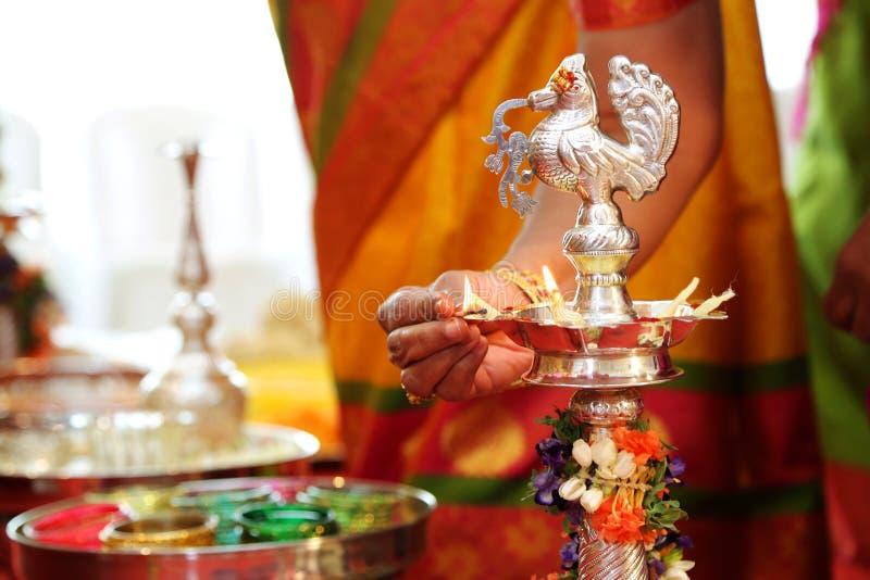 Hindoese van het het zuiden Indische messing van huwelijksrituelen Traditionele de olielamp met mensen stock fotografie