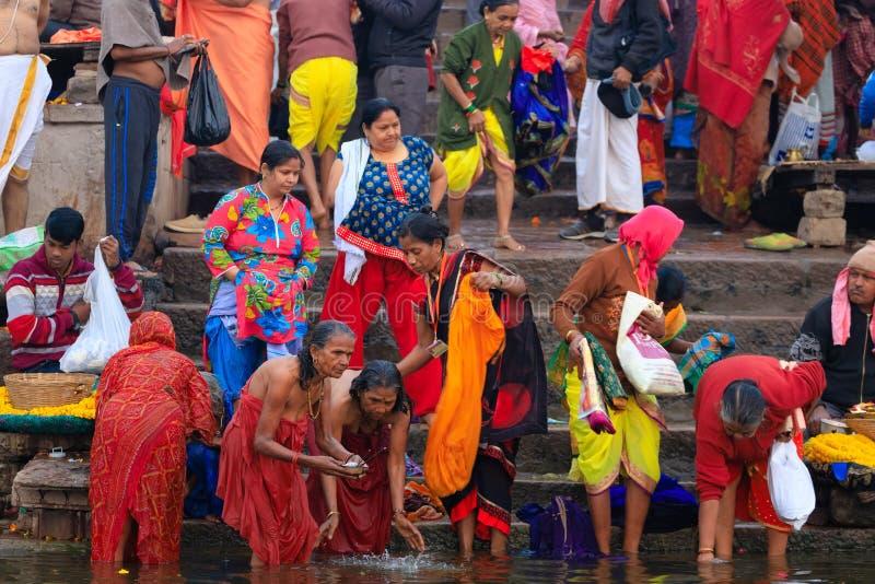 Hindu Ganges flodens heliga bad arkivbild