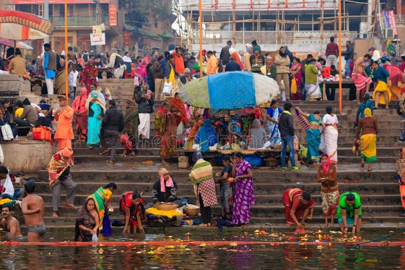 Hindu Ganges flodens heliga bad royaltyfria bilder