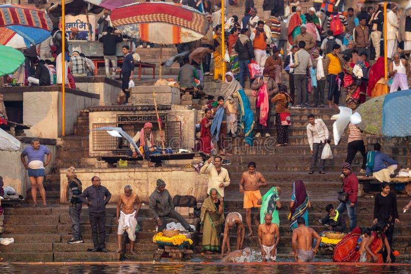 Hindu Ganges flodens heliga bad arkivbilder