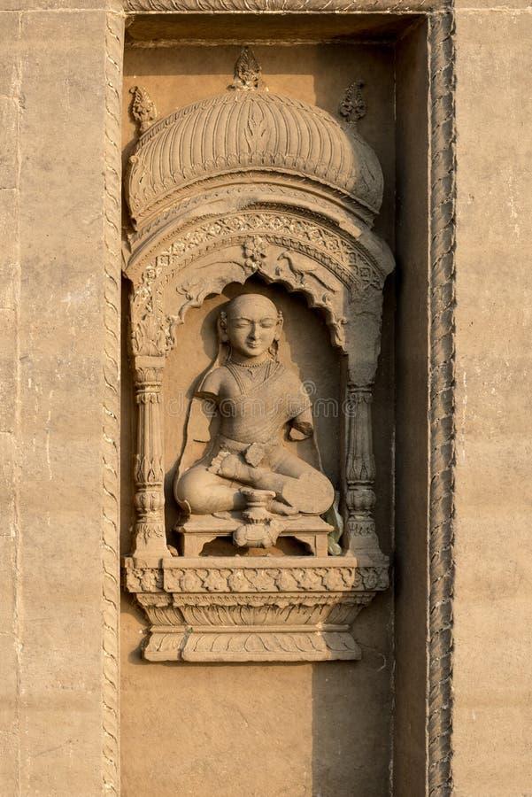 Hindu que cinzela na parede em Varanasi, Índia fotografia de stock