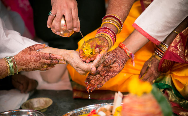 Hinduisk bröllopritual Kanyadaan royaltyfri bild