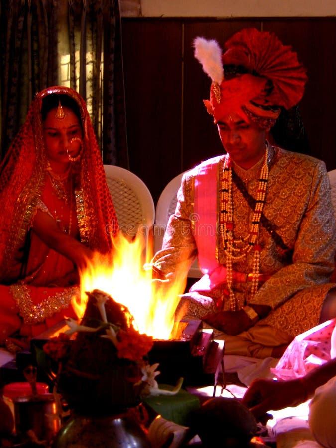 hinduisk förbindelse för par royaltyfria foton