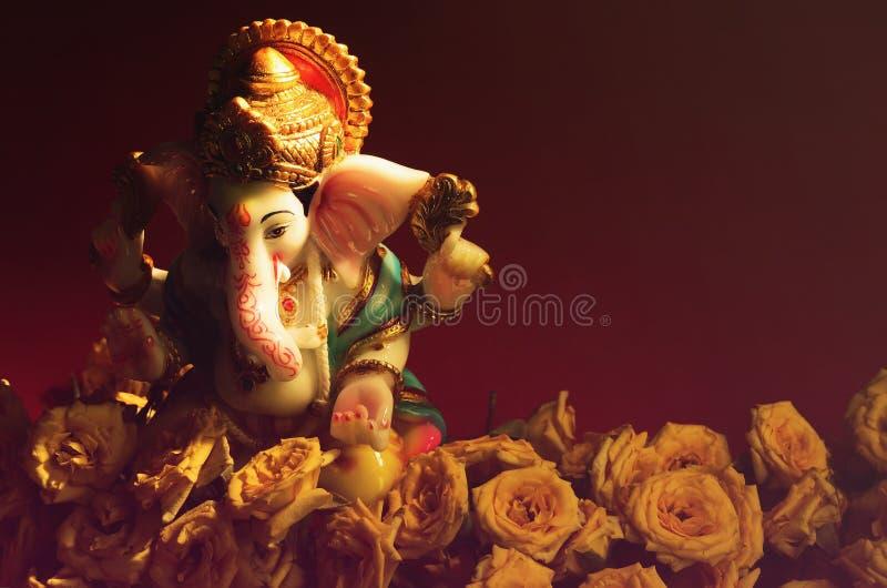 Hinduisk gud Ganesha med rosblomman arkivfoto