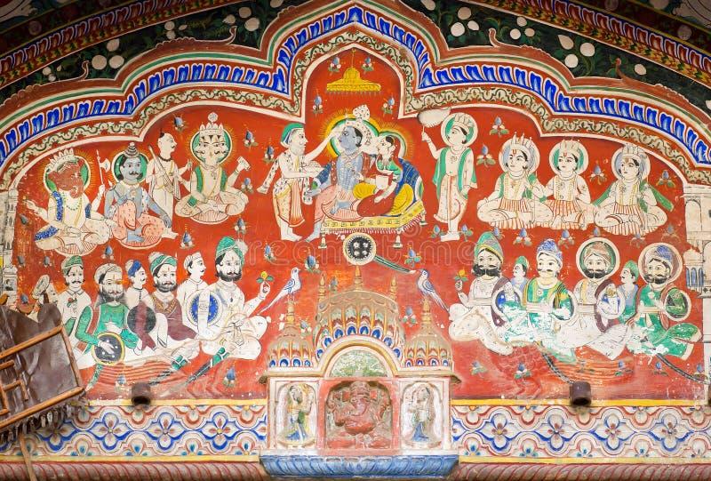 Hinduisk gud Krishna med frun i folkmassa på fesco royaltyfri foto