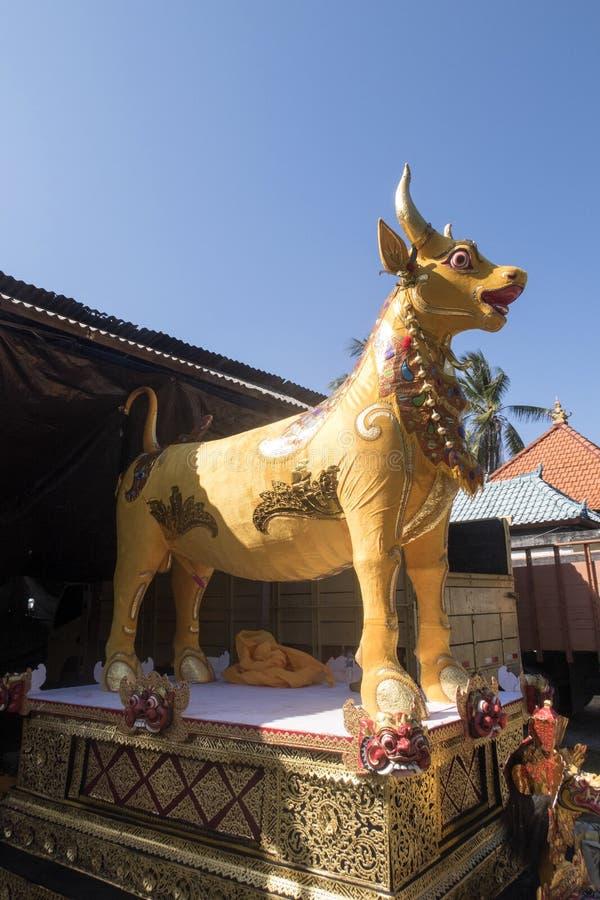 Download Hinduisk Kista I Formen Av En Ko Arkivfoto - Bild av kista, procession: 76702108