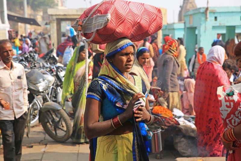 Hinduisk kvinna på pilgrimsfärd längs Ganges River, Indien fotografering för bildbyråer