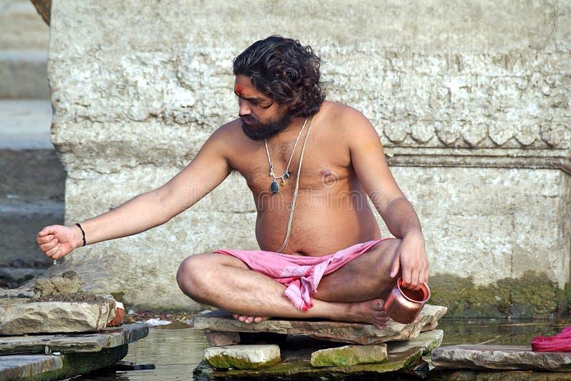 hinduisk monk varanasi royaltyfri fotografi