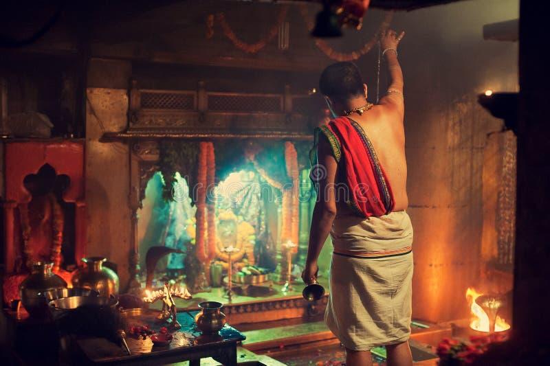 Hinduisk präst på arbete arkivbilder