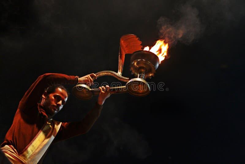 Hinduisk prästdyrkan på Varanasi, Indien fotografering för bildbyråer