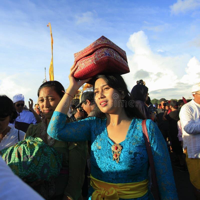 Hinduisk procession för härlig Balinese royaltyfria foton