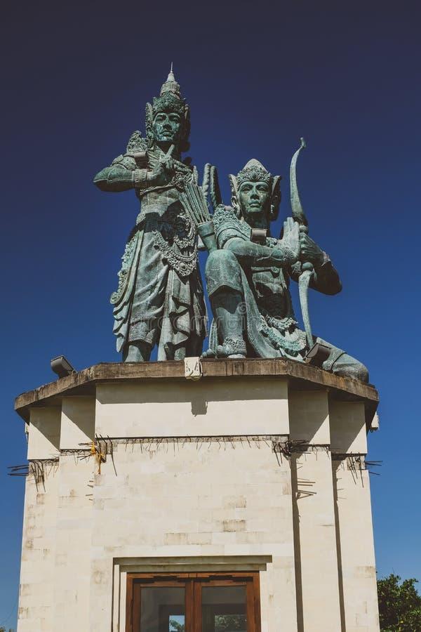 Hinduisk staty för Balinese över den blåa himlen royaltyfri fotografi