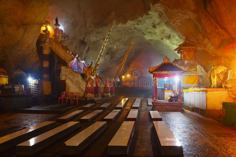 Hinduisk tempel i grotta på den Nusa Penida ön, Bali, Indonesien fotografering för bildbyråer