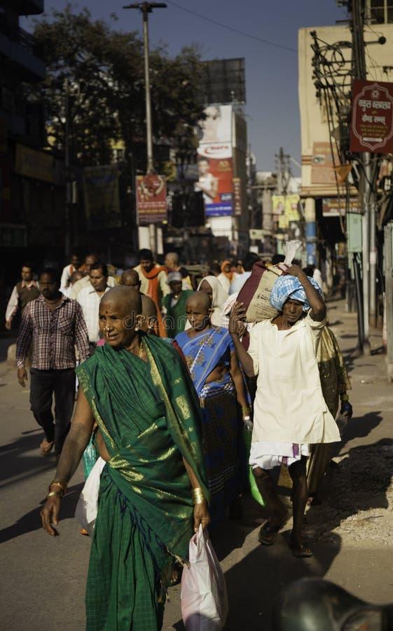 Hinduiska fantaster gör deras väg till Gangesen arkivfoto