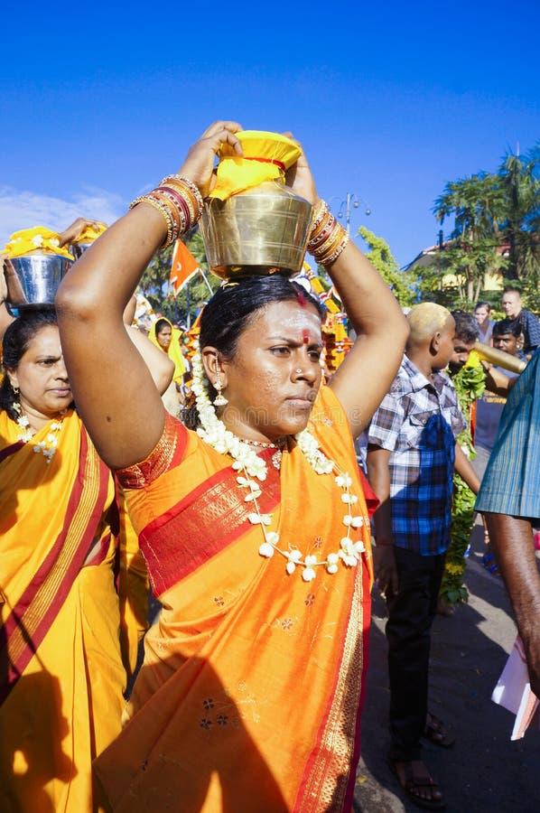 Hinduiska kvinnafantaster under den Thaipusam festivalen arkivfoto