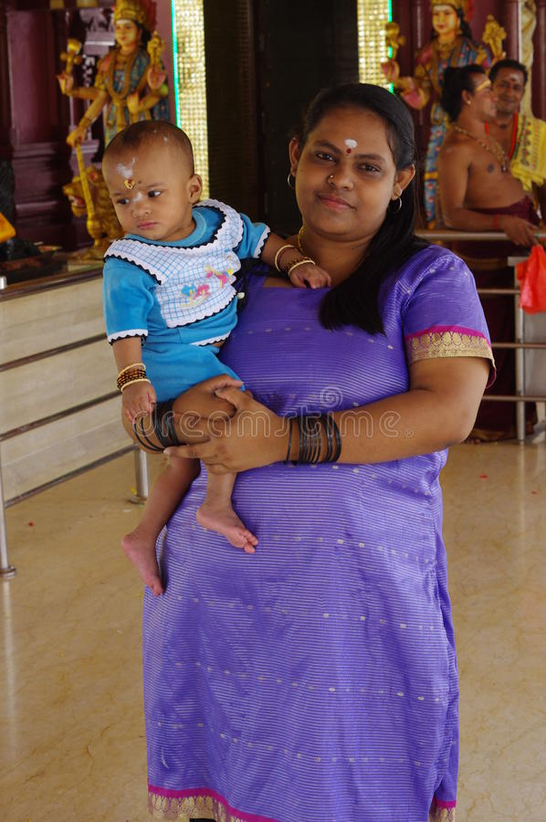 Hinduiska kvinnor med ett barn arkivbild